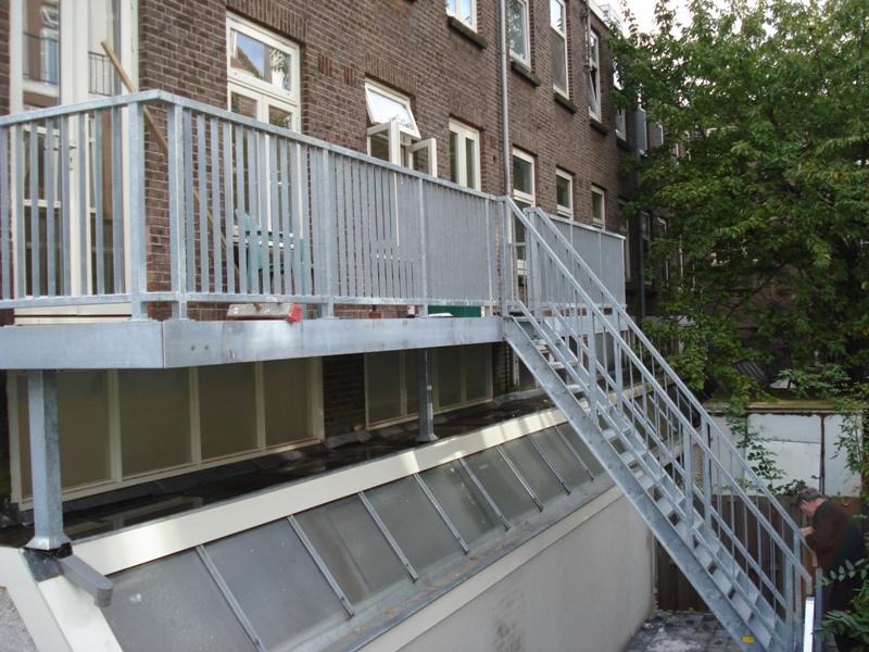 Plaatsen trap en dakraam voor toegang dakterras werkspot voor trap