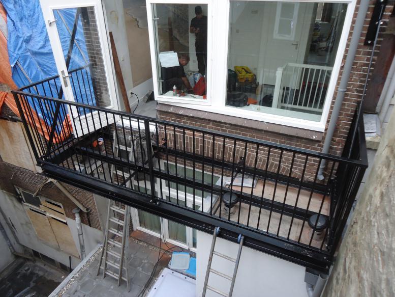 Stalen balkon plaatsen